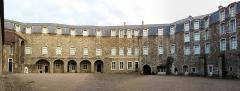 Château d'Aumont - Français:   La cour intérieure du Château-Musée de Boulogne-sur-Mer.