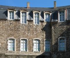 Château d'Aumont - English:   Boulogne (département du Pas-de-Calais, France): the castle, detail of the inner court