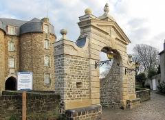 Château d'Aumont - Français:   Le porche du Château-Musée de Boulogne-sur-Mer.