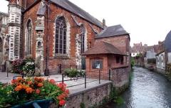 Eglise Notre-Dame - Français:   Son emplacement actuel, rue de la Paroisse, a été déterminé en 1554, sa première pierre posée en 1565 sa construction se terminant en 1585. si elle fut épargnée lors du siège de 1639, elle subit des dégâts durant la Révolution. De type Hallekerke flamand sans transept elle a été restaurée à la fin du XIXème siècle par l'architecte hesdinois Clovis Normand. Richement meublée des éléments des églises des jésuites et des Récollets, elle présente un mariage heureux de divers styles.