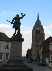 Eglise Saint-Martin -  Pas-en-Artois (Pas-de-Calais, France) -  Le monument-aux-morts et l'église.   .