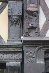 Maison - Français:   Maisons 5-7 rue de l\'Oisellerie à Angers (49). Détails sculptés.