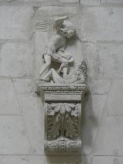 Ancienne abbaye royale de Fontevraud, actuellement centre culturel de l'Ouest - Français:   Statue de Saint-Michel terrassant le dragon du mur ouest du transept sud de l\'abbatiale de Fontevraud (49).