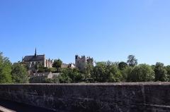 Eglise paroissiale (ancienne chapelle du château) - Français:   Château et collégiale Notre-Dame de Montreuil-Bellay (49) vus du Pont Napoléon.