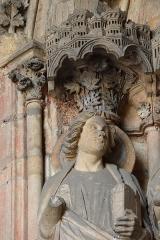 Abbaye de la Couture - Portail occidental de l'église Notre-Dame-de-la-Couture au Mans (72). Ébrasement gauche. Statue de Saint-Jean. Détail.