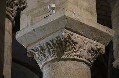 Eglise Notre-Dame-du-Pré - Intérieur de l'église Notre-Dame-du-Pré au Mans (72). Rond-point du chœur. Chapiteau de la quatrième colonne (numérotation du nord vers le sud). Faces nord et ouest.