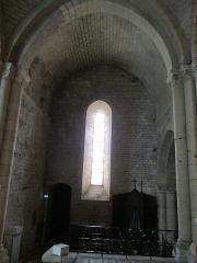 Eglise - Français:   Photographie prise à l\'église d\'Angles (Vendée) et présentant le bras nord du transept, voûté en berceau brisé.