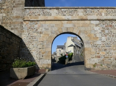 Enceinte de la Haute-Ville - English:   Sight, in a summer evening, of the Porte Saint-Jean door, in the wall of the high town of Granville, Normandy, France.