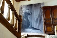 Abbaye de la Lucerne - Français:   Abbaye de La Lucerne. Escalier du réfectoire et portrait de l\'abbé Lelégard.