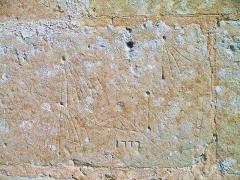 Eglise Saint-Martin - Français:   Graffiti anciens (1777) représentant des cadrans solaires canoniaux sur la façade sud de l\'église saint martin à La Croupte (Calvados)