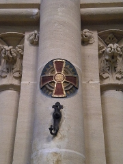 Basilique - Basilique Notre-Dame de la Délivrande, croix sur pilier