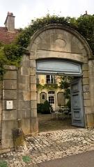 Hôtel du Congrès - Français:   Hotel Congrès à travers le portail