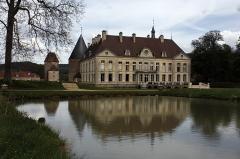 Château de Commarin -  The castle has two pools, symmetrical, beyond the moats.