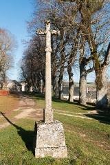 Croix moderne élevée à l'une des extrémités de la promenade sud des remparts -  ross in the