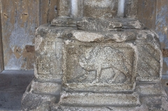 Eglise (collégiale) Notre-Dame -  The camel, one of the exotic animals that decorate the base of the nearby colonnades.