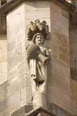 Eglise (collégiale) Notre-Dame - English:  Water bearer (?), on a flying buttress, at the south-east