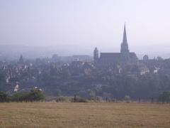 Cathédrale Saint-Lazare - Deutsch: Die Kathedrale Saint-Lazare über der Stadt