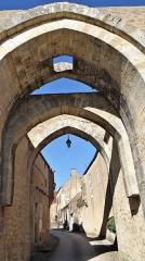 Enceinte de la ville - Français:   Porte basse, Fortifications de Montréal, Yonne