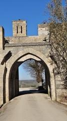 Enceinte de la ville - Français:   Porte haute, Fortifications de Montréal, Yonne
