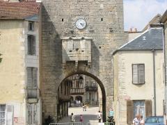 Porte de Ville - Deutsch: Stadttor mit Wehrerker und Uhr, Noyers-sur-Serein, Yonne, Bourgogne, France.