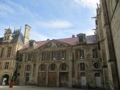 Ancien archevêché ou ancien palais archiépiscopal - Français:   Façade Nord de l\'aile Sud du palais archiépiscopal de Sens donnant dans la cour de la cathédrale.