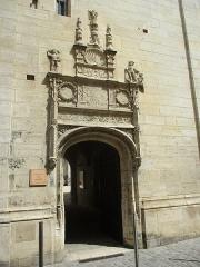 Ancien archevêché ou ancien palais archiépiscopal - Français:   Entrée du passage de Moïse du palais archiépiscopal de Sens.