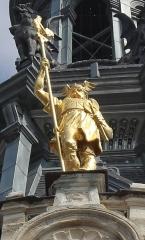 Hôtel de ville -  Statue en bronze doré de Brennus, Anatole Guillot, 1904. Façade de l'Hôtel-de-Ville de Sens (Yonne).