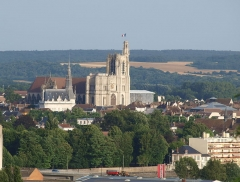 Hôtel de ville - Français:   Sens (Yonne, France), vue depuis l\'église de Saint-Martin-du-Tertre: la mairie & la cathédrale