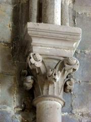 Eglise de la Sainte-Trinité -  Chapiteau de la première moitié du XIIIe siècle dans l'abside (tous identiques).
