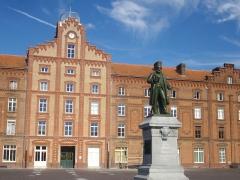 Familistère Godin - Familistère de Guise (Aisne, France): pavillon central du palais social, côté sud et statue de Godin