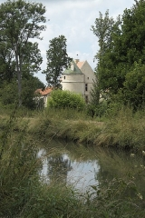 Ancienne commanderie de templiers de Moisy - Deutsch: Templerkomturei Moisy-le-Temple in der Gemeinde Montigny-l'Allier im Département Aisne (Region Hauts-de-France/Frankreich), im Vordergrund der Canal du Clignon