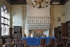 Hôtel de ville -  La salle des mariages Hôtel de ville de Saint-Quentin (Hauts-de-France / Picardie) L'hôtel de ville est un bâtiment historique construit entre 1331 et 1509 dont la façade est dans le style gothique flamboyant. Il a été remanié au cours du 19ème siècle et restauré à la suite de la guerre de 14-18.    La salle des mariages possède une grande cheminée gothique avec une partie Renaissance.  L'hôtel de ville sur Wikipedia  <a href=