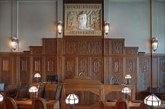 Hôtel de ville -  La salle du conseil municipal (détail) Hôtel de ville de Saint-Quentin (Hauts-de-France / Picardie) L'hôtel de ville est un bâtiment historique construit entre 1331 et 1509 dont la façade est dans le style gothique flamboyant. Il a été remanié au cours du 19ème siècle et restauré à la suite de la guerre de 14-18.    La salle du conseil municipal a été réaménagée en 1925 par l'architecte Louis Guindez dans le style Art déco, avec des lambris réalisés localement (Émile Bossu), une frise sculptée rendant hommage aux ouvriers qui ont reconstruit la ville détruite lors de la guerre de 14-18, une Marianne un peu étrange (A. E. Fivet), un mobilier en bois (Jeanselme) et des luminaires en verre et fer forgé de très belle facture (ferronnier inconnu).   L'hôtel de ville sur Wikipedia  <a href=