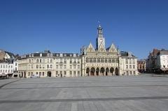 Hôtel de ville - Français:   La place de l\'Hôtel-de-Ville
