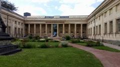 Bibliothèque municipale - Français:   Bibliothèque Louis-Aragon, Amiens, façade et cour d\'honneur