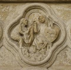 Cathédrale Notre-Dame - Médaillon sculpté du portail du beau Dieu de la cathédrale d'Amiens, représentant la vertu de charité