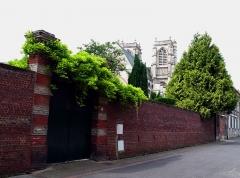 Ancienne abbaye -  Corbie (Somme, France) - Abbatiale (Eglise St-Pierre).   Vue de la rue Sadi Carnot.