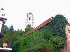 Eglise Saint-Médard -  Domart-en-Ponthieu (Somme, France) -   L'église domine la petite ville.   (Photo aux couleurs et contrastes volontairement accentués pour symboliser l'aspect verdoyant de la vallée et le surplomb de l'église.)