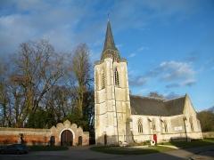 Eglise - Français:   Huppy, Somme, Fr, église; à gauche, entrée du château.