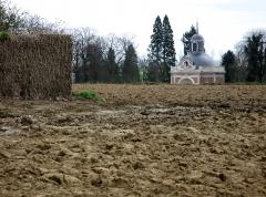 Chapelle sépulcrale des Mailly -  Mailly-Maillet (Somme, France) -   Le dôme de la Chapelle Madame, vu depuis le chemin menant au cimetière militaire.