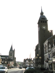 Eglise Saint-Sépulcre -  Montdidier (Somme, France) -  L'église du Saint-Sépulcre et l'Hôtel-de-ville.   La rue Gambetta se prolonge par la rue Parmentier, qui descend vers la vallée et la voie ferrée.