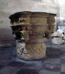 Eglise Saint-Sépulcre -  Montdidier (Somme, France) -  Fonts baptismaux de l'église du Saint-Sépulcre.   (Cette photo est déposée provisoirement ... elle est floue et devra être refaite!)