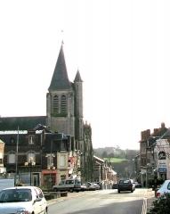Eglise Saint-Sépulcre -  Montdidier (Somme, France) -  L'église du Saint-Sépulcre.   La rue Parmentier descend vers la vallée et la voie ferrée.