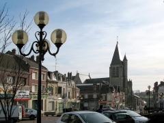 Eglise Saint-Sépulcre -  Montdidier (Somme, France) -  L'église du Saint-Sépulcre.   La place du Général de Gaulle se prolonge par la rue Parmentier qui descend vers la vallée et la voie ferrée.