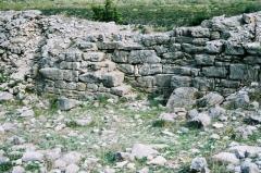 Oppidum de Jastres-Nord -  Vue d'une partie intérieure de la muraille de l'oppidum de Jastres-nord (commune de Lussas, Ardèche, France).