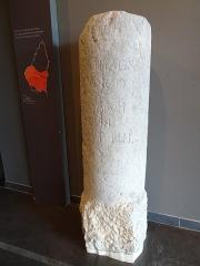 Borne milliaire de Mélas - Français:   Se trouve au Muséal (Musée d\'Alba), partie du site archéologique de l\'agglomération antique d\'Alba Helvorium, ou l\'on conserve les pièces les plus précieuses. Cette borne est aussi appelée \