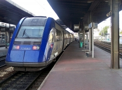 Gare - English: Sight of the French regional train n° 17541 to Annecy at its initial station, Valence-Ville station, in Drôme.