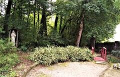 Domaine Paul Claudel - Français:   Le jardin entourant la tombe de Paul Claudel