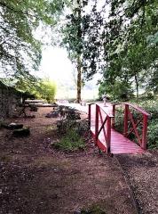 Domaine Paul Claudel - Français:   Petit pont menant à la tombe de Claudel