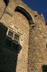 Prieuré - Français:   Détail du mâchicoulis de la tour sud-ouest du prieuré de Champdieu (42).  On voit également une fenêtre restaurée façon Viollet-le-Duc au XIX°s.